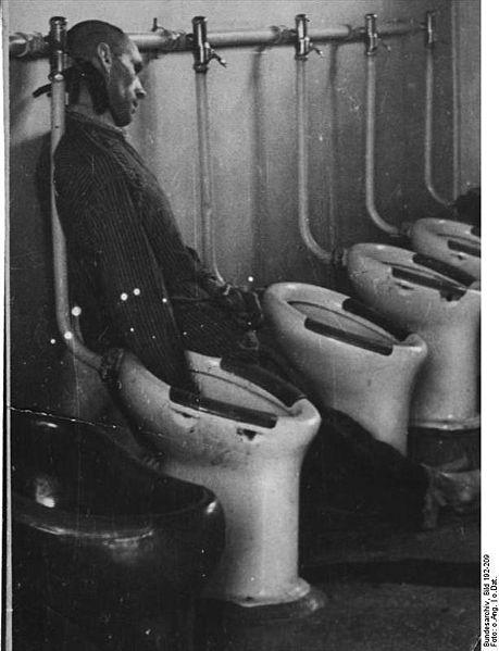 459px-Bundesarchiv_Bild_192-209,_KZ_Mauthausen,_erhängter_Häftling